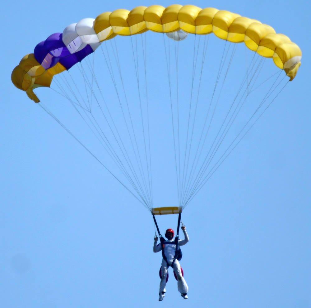 Discesa verso il finale di atterraggio per un allievo paracadutista al suo 3° lancio con il paracadute
