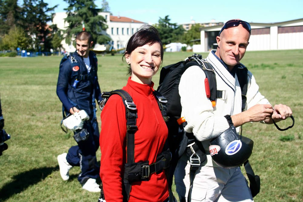 Passeggera ed istruttore prossimi all'imbarco in aeroplano