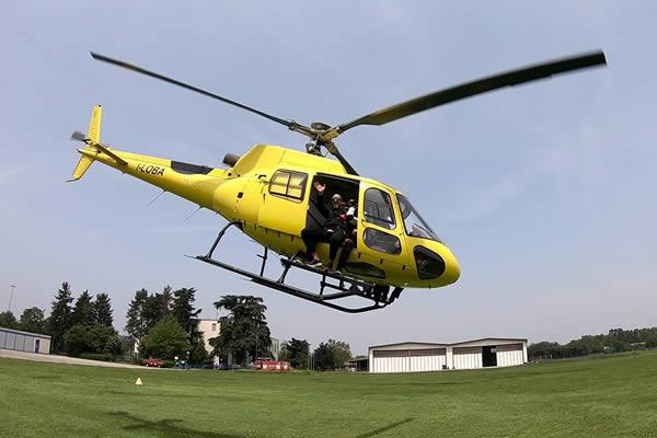Un magnifico elicottero AS_350 pilotato dall'alpinista Simone moro in decollo dalla pista dell'aeroporto Francesco Cappa di Casale Monferrato
