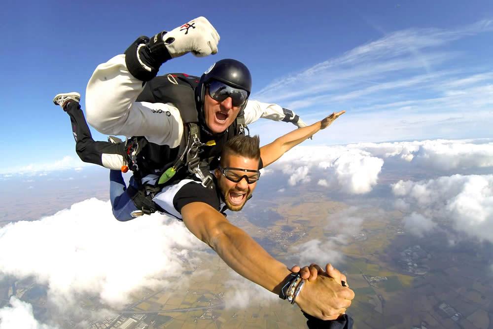 Lancio con paracadute tandem in caduta libera