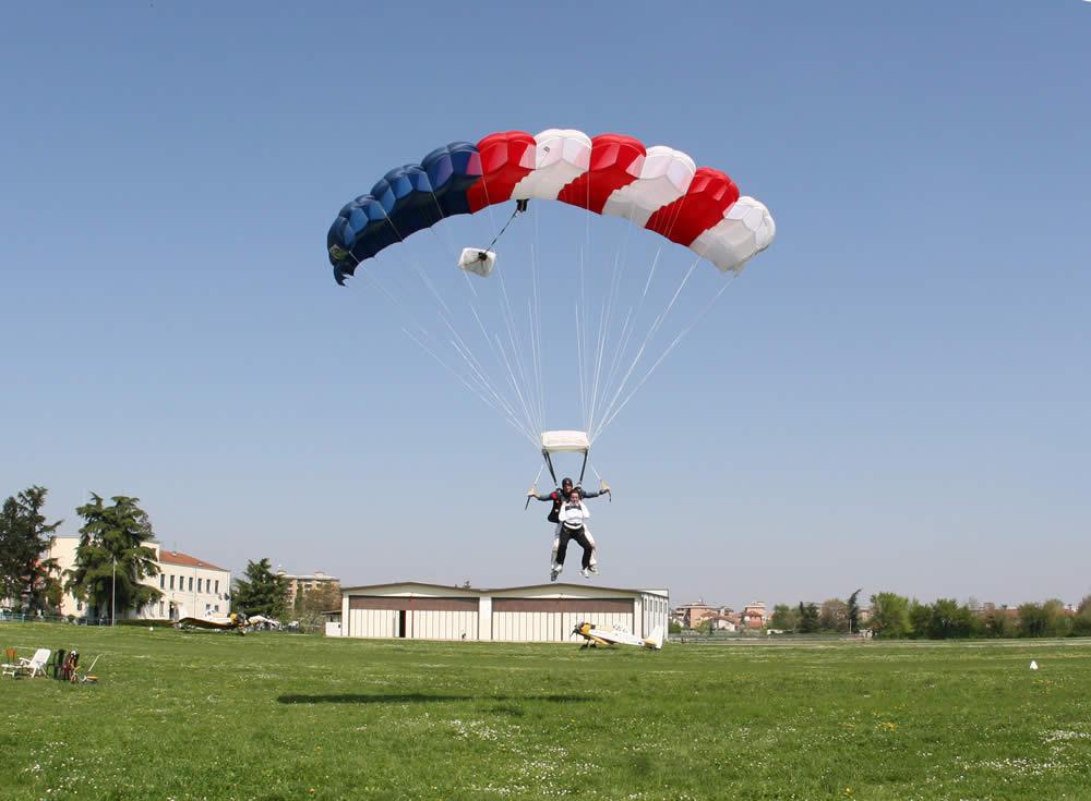 Atterraggio durante un lancio con paracadute tandem