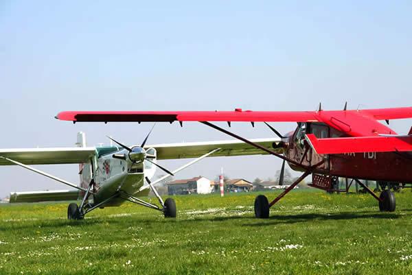Una splendida immagine di un SMG Turbofinist ed un Pilatus Turboporter in attesa di decollo dalla pista dell'aeroporto Francesco Cappa di Casale Monferrato