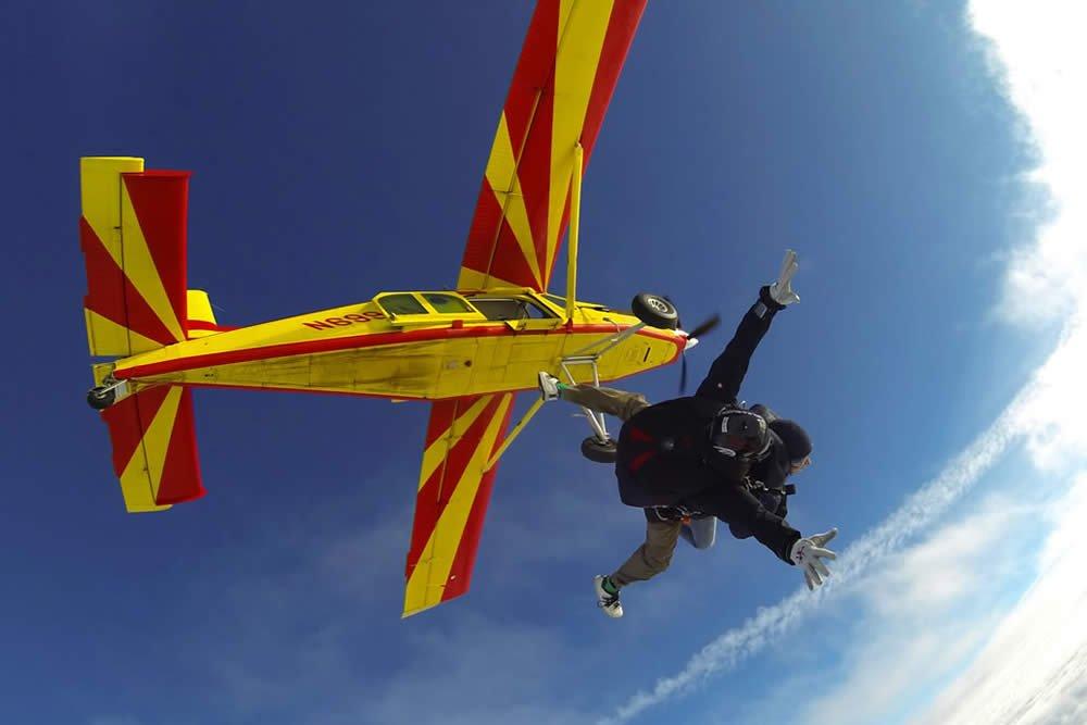 Uscita di un lancio in tandem con paracadute dall'aeromobile Pilatus Turboporter